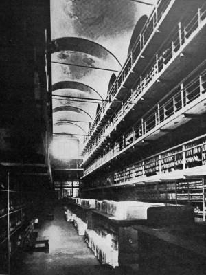 Palazzo della Ragione, la scaffalatura dell'Archivio notarile all'interno del palazzo in una fotografia anteriore al 1961